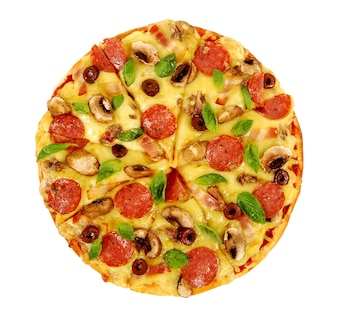 Pizza su sfondo bianco isolato