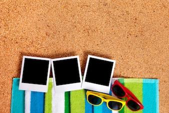 Polaroid foto su una spiaggia