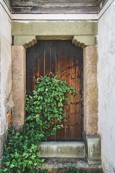 Porte antiche e porte in legno di pietra