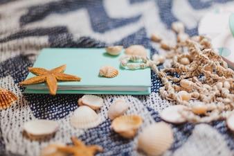 Prenota con elementi da spiaggia decorativi
