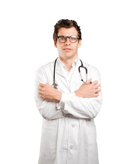 Preoccupato medico con gesto freddo su sfondo bianco