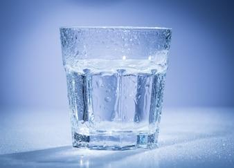Primo piano del bicchiere d'acqua