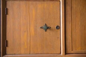 Primo piano di armadio in legno con la manopola