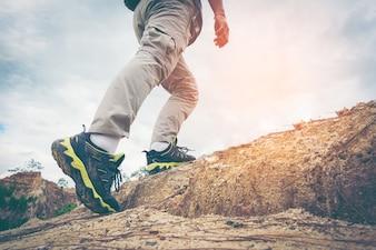 Primo piano di piedi maschili escursioni / arrampicata.