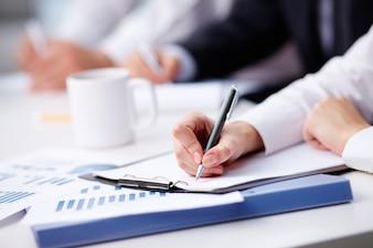 Primo piano di scrittura d'affari occupato