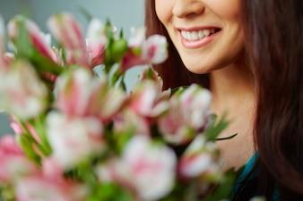 Primo piano di una donna sorridente con il mazzo