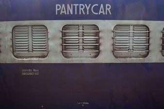 Primo piano di una macchina dispensa su un treno