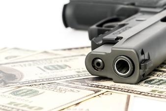 Primo piano immagine di pistola e dollaro.
