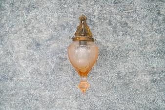Punto di messa a fuoco selettiva sulla decorazione della lanterna leggera del Marocco nell'interiore della stanza di vita