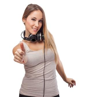 Ragazza ascolto di musica e pollice in su