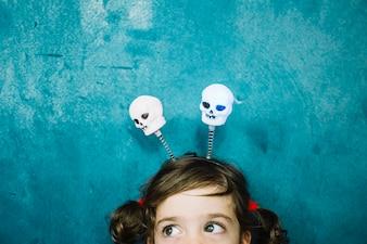Ragazza carina con i crani di Halloween