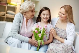 Ragazza che gode con la madre e la nonna
