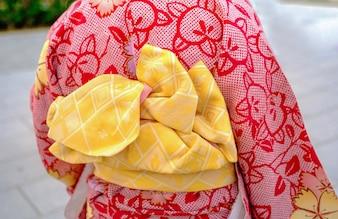 Ragazza che indossa il kimono giapponese