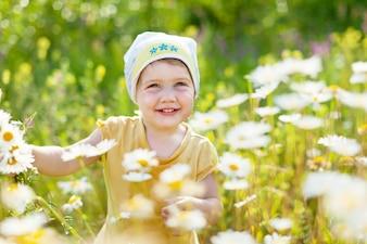 Ragazza con fiori di camomilla