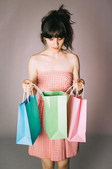 Ragazza con i pacchetti di acquisto