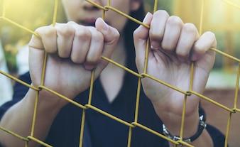 Ragazza e gabbia