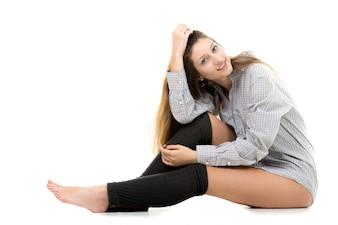 Ragazza Relaxed che si siede sul pavimento