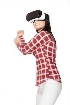 Ragazza sorridente che gioca gioco sportivo nella realtà virtuale.