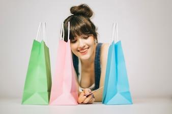 Ragazza sorridente dopo lo shopping