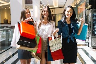 Ragazze graziose che camminano nel centro commerciale