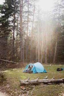 Ragazze in una tenda in una giornata di sole