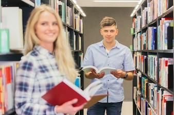 Ragazzo teenager di college con i libri