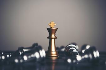 Re e cavaliere di scacchiera su sfondo scuro. Leader e concetto di lavoro di squadra per il successo.