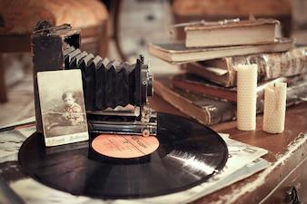 Record di vinile, con una vecchia macchina fotografica e alcuni vecchi libri