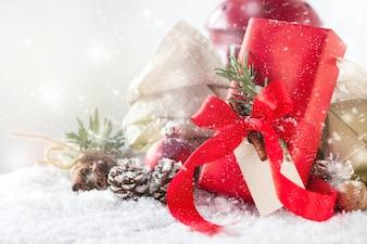 Regalo rosso con decorazione di festa e pigne