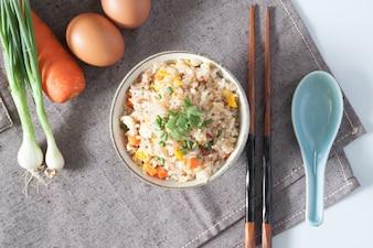 Riso cinese a vapore piatto frittura macro