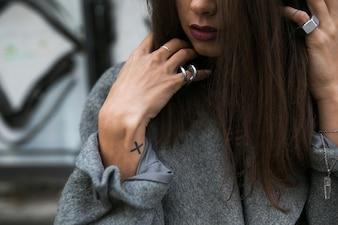 Ritagliare donna in accessori posa in cappotto