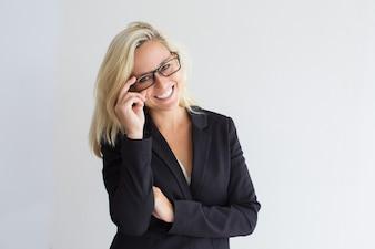 Ritratto di felice giovane imprenditrice in bicchieri