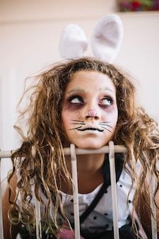 Ritratto di ragazza coniglietto sul letto
