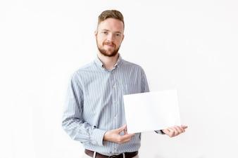 Ritratto di uomo d'affari fiducioso con carta in bianco