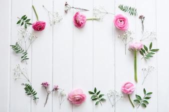 Rosa fiori decorativi in superficie di legno