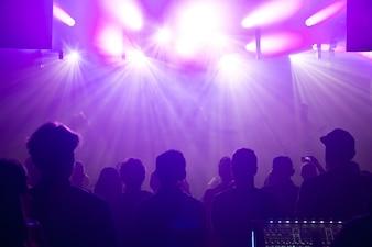 Sagome di banda rock sul palco al concerto.