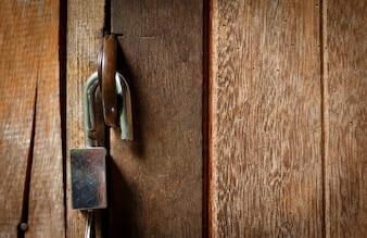 Sblocca chiave sulla porta in legno. Aprire il concetto di blocco.