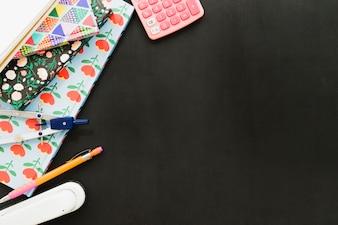 Scrivania con materiale scolastico e copia spazio