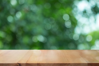 Scrivania in legno con sfumatura verde sfocato sfondo astratto
