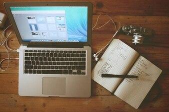 Scrivania lavorando computer portatili cellulare