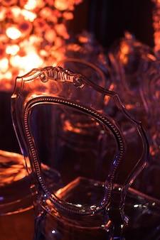 Sedia in plastica trasparente realizzata in stile vittoriano