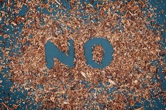 Segno di fumare senza tabacco su lavagna.
