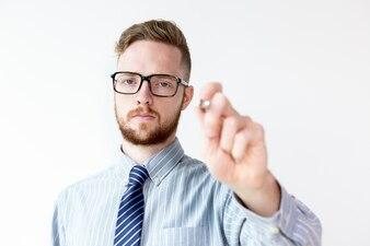Serio giovane imprenditore iscritto sulla lastra di vetro