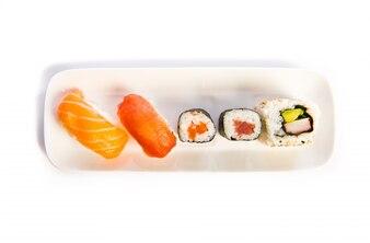 Set di cibo sushi sul piatto bianco