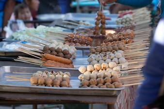 Sfera di carne alla griglia, cibo della strada in Thailandia