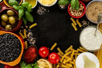 Sfondo alimentare Concetto di alimento con vari ingredienti freschi gustosi per la cottura. Ingredienti alimentari italiani. Vista dall'alto con lo spazio di copia.