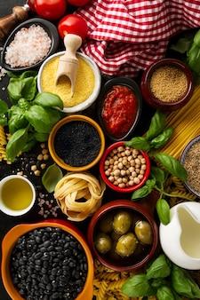 Sfondo alimentare Concetto di alimento con vari ingredienti freschi gustosi per la cottura. Ingredienti alimentari italiani. Vista dall'alto.
