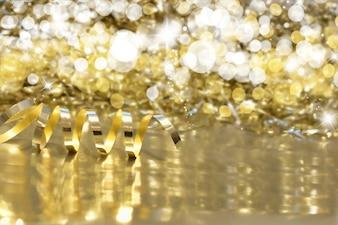 Sfondo di Natale con nastro d'oro e luci bokeh