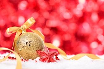 Sfondo di Natale con palla e nastro