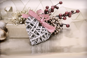 Sfondo di Natale con una decorazione cuore di legno